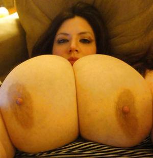 Зрелые жены показывают свои огромные сиськи 8 фото