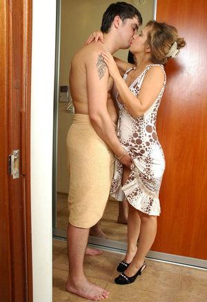 Парень трахает зрелую мадам. 1 фото