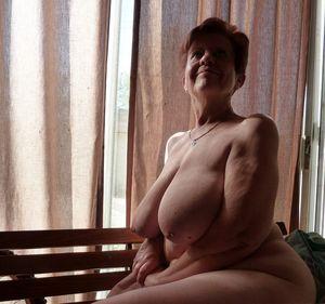 Бабуля без комплексов выставила свои титьки 6 фото