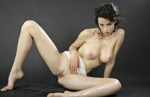 Соска обмазала себя маслом 4 фото
