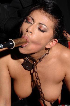 Брюнетка с пирсингом получает оргазм от мастурбации новой секс машиной 3 фото