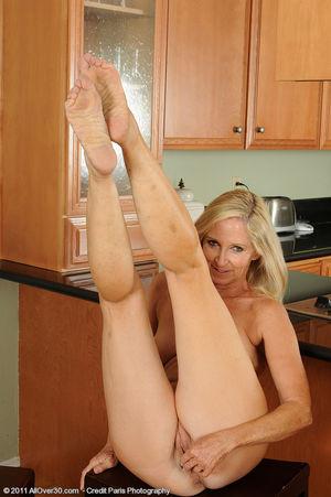 Сексуальная старушка мастурбирует на кухне 2 фото