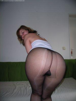 Женщина с толстой жопой в нейлоновых колготках 2 фото