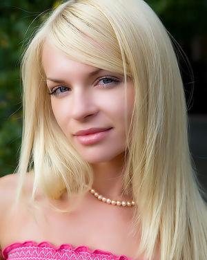 Блонда светит розовой пиздой на улице 9 фото