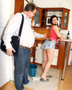 Молодуха ублажает зрелого работодателя 3 фото