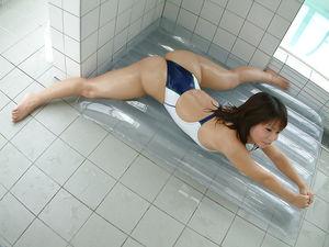 Красивая японка в купальнике 9 фото