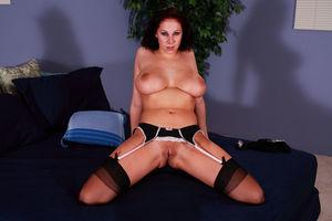 Джианна Майклз мастурбирует у себя в спальне 1 фото