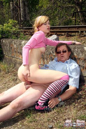 Девушка трахается на улице со взрослым мужиком прямо рядом с поездами 13 фото