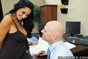 Сексуальная секретарша дает своему начальнику трахать себя в попу 7 фото