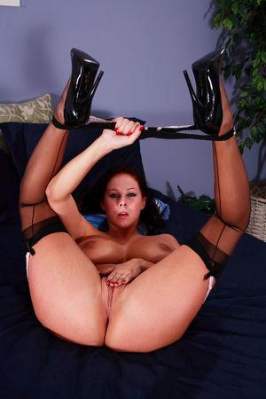 Джианна Майклз мастурбирует у себя в спальне 3 фото