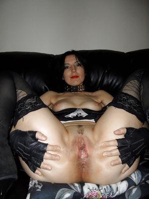 Стервозная жена разминает анал 2 фото