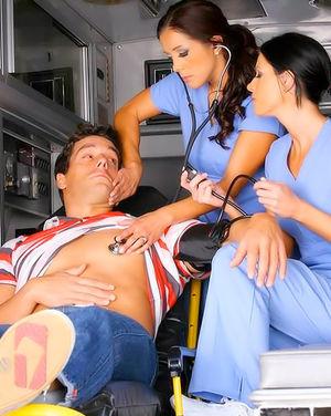 Красивые медсестрички трахнули больного в скорой 0 фото