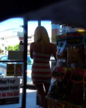Снял на скрытую камеру, как блонда надевает трусики 14 фото