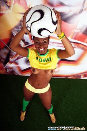 Красивая негритянка в футбольной форме 6 фото