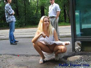 Блонда раздевается на людной остановке 0 фото