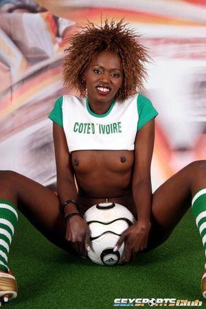 Черная спортсменка участвует в интимной фотосессии 12 фото