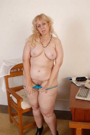 Пожилая толстуха с широкими бедрами и большой жопой 12 фото