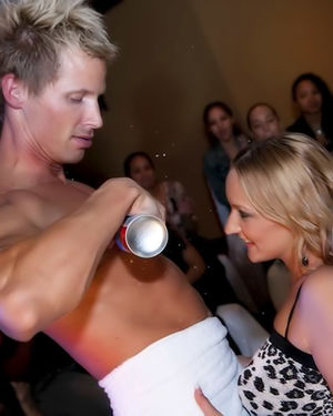 Замечательные девочки в ночном клубе полируют прибор приятного стриптизера 12 фото