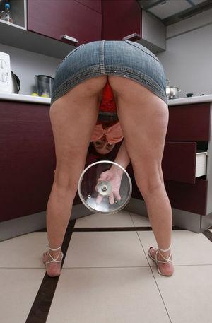 Домохозяйка оголила свои дырки на кухне 5 фото