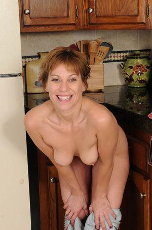 Зрелка разделась на кухне 8 фото