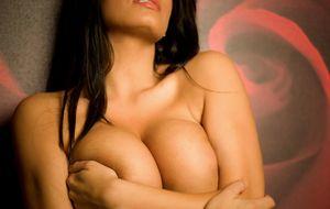 Сексуальная брюнетка с шикарной грудью 4 фото