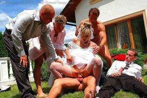 Невесту пустили по кругу дружки жениха 8 фото