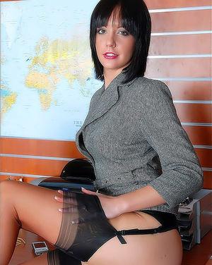 Брюнетка с маленькой грудью елозит попкой по столу 11 фото