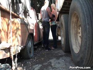 Дальнобойщик имеет грудастую проститутку между фурами 2 фото