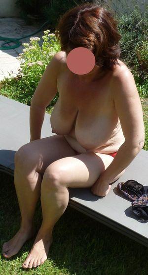Бабуля с отвисшими сиськами загорает в саду 9 фото