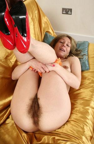 Шаловливая зрелка в красных туфлях с волосатой мандой 2 фото