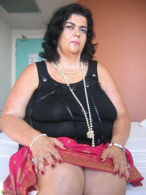 Толстушка нащупала большим дилдо свою пизду 0 фото