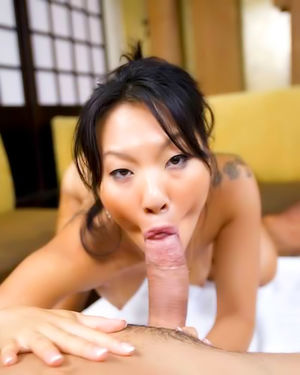 Две азиатские официантки трахаются с клиентами 6 фото