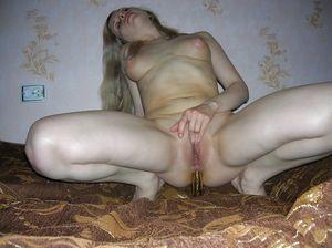Блондинка из вк играет со своей анальной дыркой 6 фото