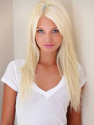 Эротические фото худенькой блондинки