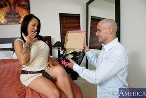 Подарил женщине туфли и трахнул ее раком 2 фото