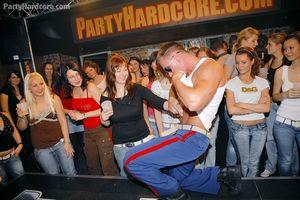 Пьяные бабы устроили групповой секс в ночном клубе 4 фото