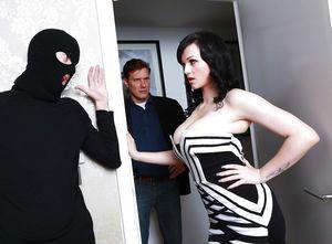 Неверная жена привела к себе соседа воришку