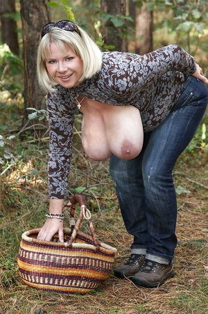 Тетка с огромными буферами 8 фото