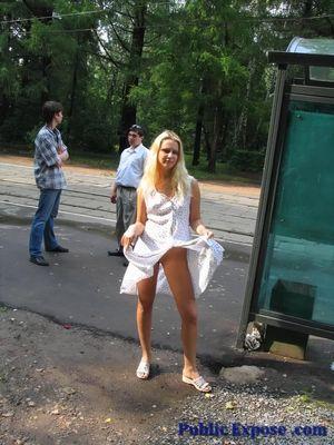 Блонда раздевается на людной остановке 7 фото