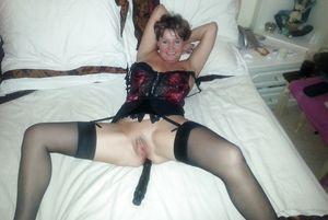 Женщина за 40 тыкает в пизду черный вибратор 5 фото