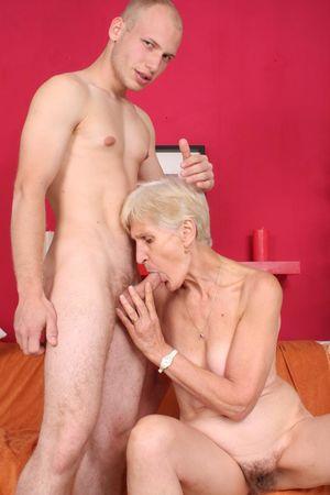 Бабушка дрочит вставной челюстью и ебется с внуком 12 фото