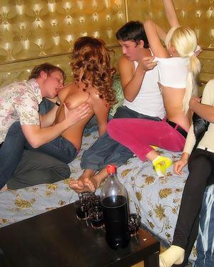 Встреча друзей переросла в групповуху 4 фото
