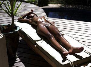 Тощая негритянка отдыхает на солнышке. 15 фото