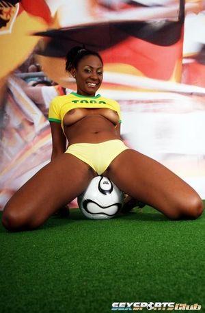 Красивая негритянка в футбольной форме 11 фото