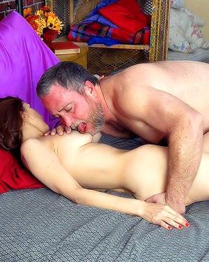 Пожилая волосатая женщина получает наслаждение с бородатым мужиком в постели 3 фото