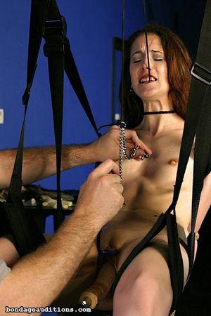 Девушка с маленькими сиськами на качелях испытала на себе действие секс-машины 12 фото