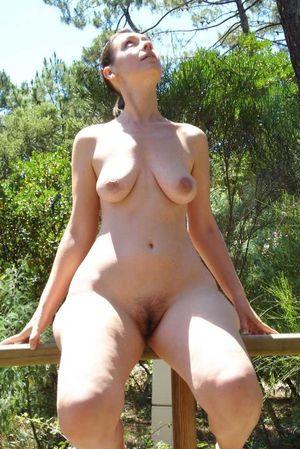 Зрелая дама устроила прогулку голышом