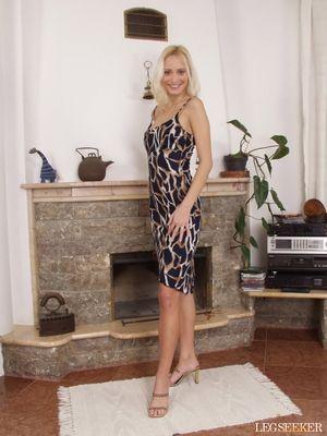 Худая блондинка в леопардовом платье 0 фото