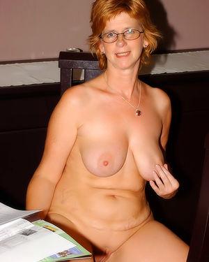 Развратная зрелая женщина, мастурбирует на работе 12 фото