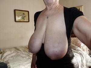 Добротная бабуля с отвисшими грудями. 6 фото